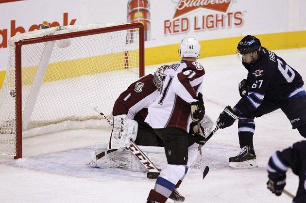 Forvard Winnipegu Michael Frolík (vpravo) střílí gól do sítě Colorada.