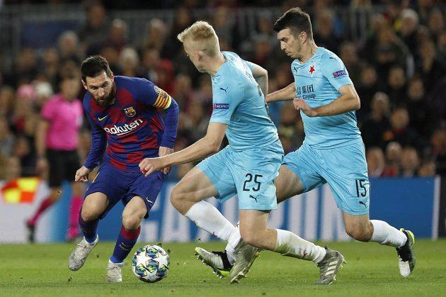 Driblér Lionel Messi v souboji se slávisty Michalem Frydrychem a Ondřejem Kúdelou.