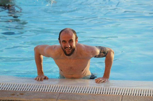 Roman Hubník vylézá z bazénu na soustředění ve Španělsku.