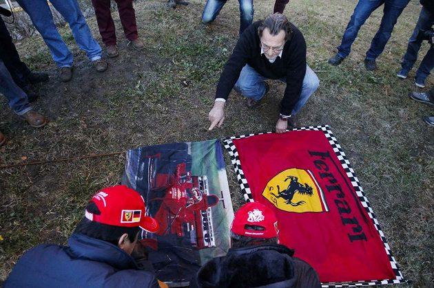 Fanoušci umísťují vlajku Ferrari před klinikou v Grenoblu.