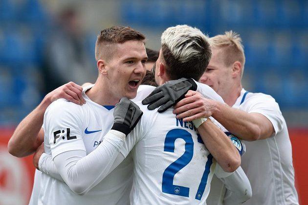 Ondřej Karafiát (vlevo) z Liberce se raduje se spoluhráči z prvního gólu proti Příbrami.