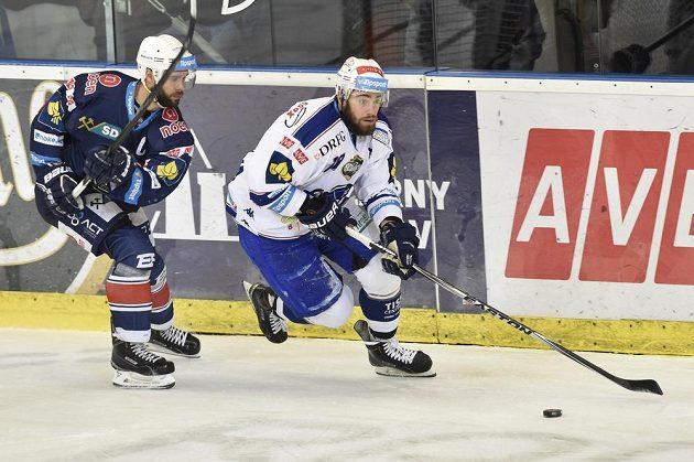 Kapitán Chomutova Michal Vondrka (vlevo) a Peter Trška z Brna ve čtvrtém utkání předkola play off extraligy.