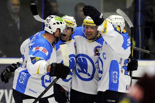 Hokejisté Plzně se radují z branky proti Spartě.