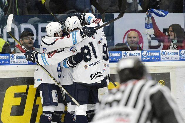 Hokejisté Plzně se radují z druhého gólu.