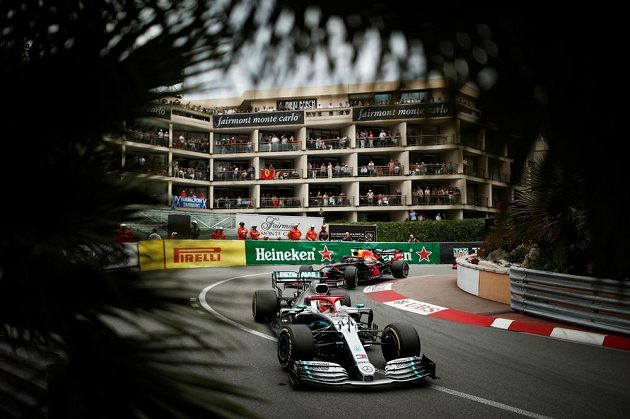 Max Verstappen z Red Bullu dlouho dýchal pozdějšímu vítězi Lewisi Hamiltonovi na záda.