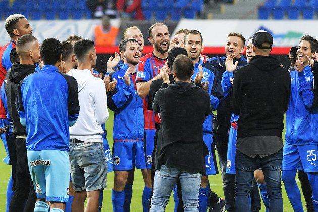 Obránce Roman Hubník (uprostřed) se po zápase loučil se spoluhráči z Plzně.