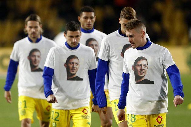 Fotbalisté Nantes vzdali hold svému bývalému spoluhráči Emilianu Salovi, který zmizel při letu do nového působiště v Cardiffu, oblékli si ve středu trička s jeho podobiznou.