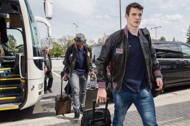 Dominik Kubalík (vpředu) a Jakub Voráček před odletem na MS.