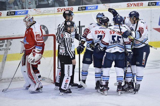 Hráči Liberce se radují z prvního gólu. Vlevo je brankář Olomouce Branislav Konrád.