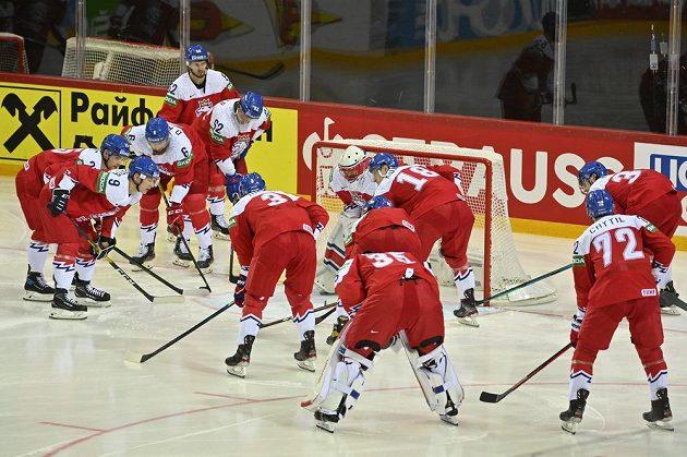 Čeští hráči těsně před začátkem zápasu se Švédy.
