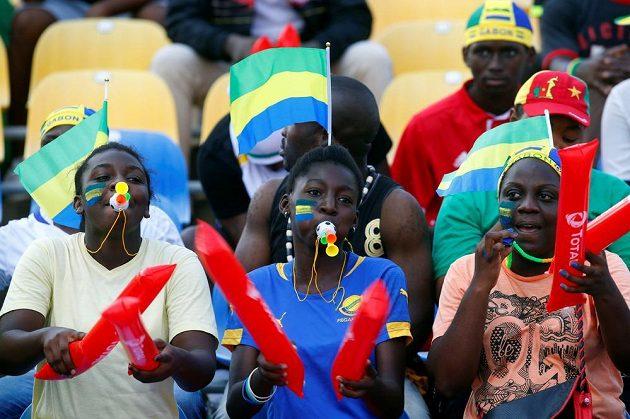 V první ženské linii... Fanynky Gabonu.
