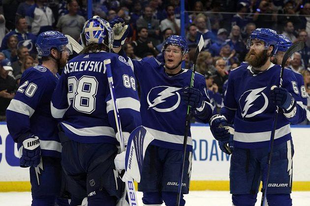 Radost v podání hokejistů Tampy Bay Lightning po výhře nad Islanders v semifinále play off NHL.