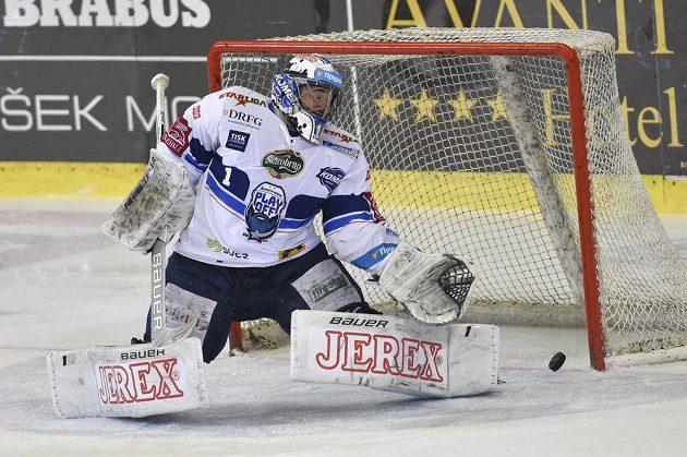 Brankář Brna Marek Čiliak inkasuje gól během čtvrtého finále play off hokejové extraligys Bílými Tygry Liberec.