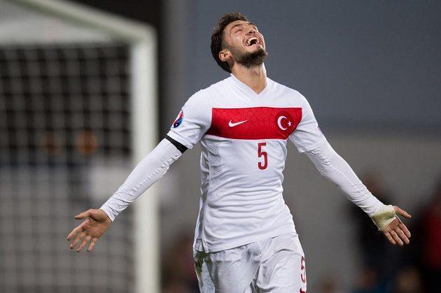 Turek Hakan Calhanoglu oslavuje gól na 2:0 proti Čechům.