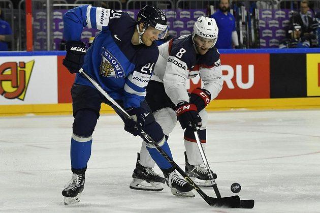 Finský útočník Jani Lajunen v souboji s obráncem USA Jacobem Troubou během čtvrtfinále mistrovství světa.