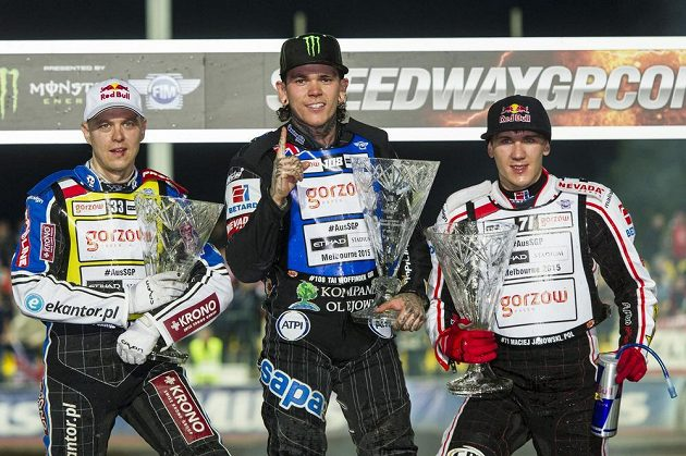 Zleva Jaroslav Hampel z Polska, vítězný Tai Woffinden z Velké Británie a Maciej Janowski z Polska na stupních vítězů po GP v Praze na Markétě.