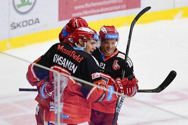 Ahti Oksanen a Christophe Lalancette z Hradce Králové se radují z gólu proti Třinci.