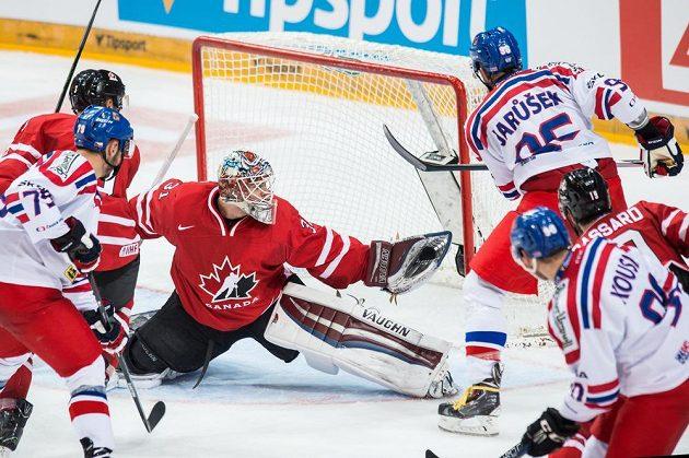 Kanadský brankář Calvin Pickard likviduje dorážku českého útočníka Richarda Jarůška během přípravného utkání v O2 areně.