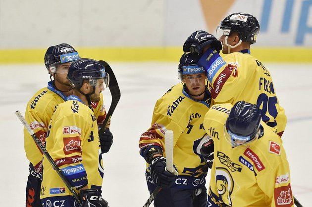 Hokejisté Zlína se radují z prvního gólu v utkání hokejového Poháru Generali České pojišťovny.