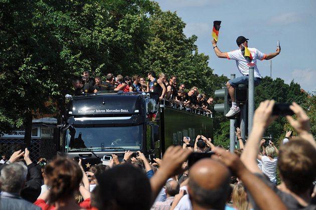 Němečtí fotbaloví mistři světa slaví v ulicích Berlína svůj čtvrtý titul.