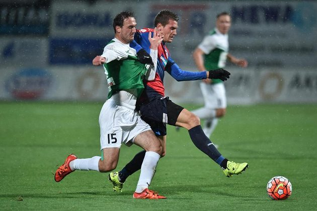 Plzeňský obránce Lukáš Hejda v souboji s jabloneckým záložníkem Martinem Doležalem (vlevo) v utkání 15. kola Synot ligy.