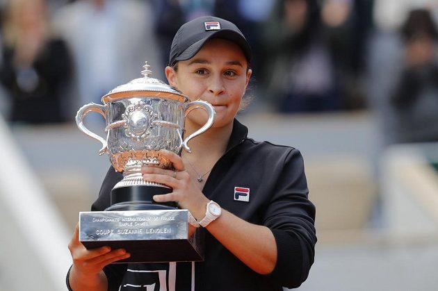 Ashleigh Bartyová s trofejí Suzanne Lenglenové pro vítězku tenisového French Open.