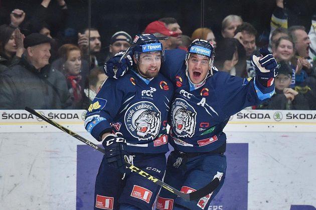 Liberecký útočník Lukáš Krenželok (vlevo) a Branko Radivojevič slaví gól v Mladé Boleslavi.