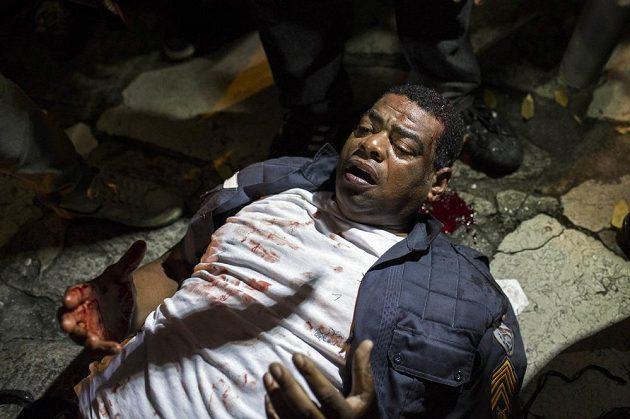 Zraněný policista po ataku demonstrantů v Rio de Janeiru.