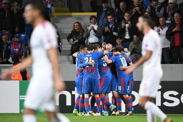 Plzenští fotbaisté slaví gól Jana Kopice v utkání Evropské ligy s izraelským týmem Beer Ševa.