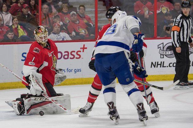 Český útočník Ondřej Palát z Tampy Bay zakončuje útočnou akci v utkání NHL s Ottawou Senators. Palát gól nedal, ale měl asistenci u vítězné trefy svého týmu.
