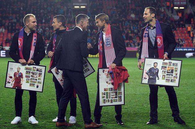 Před začátkem zápasu trenér národního týmu Jaroslav Šilhavý (uprostřed) poděkoval bývalým reprezentantům (zleva) Danielu Kolářovi, Davidu Lafatovi, Jaroslavu Plašilovi a Petru Čechovi.