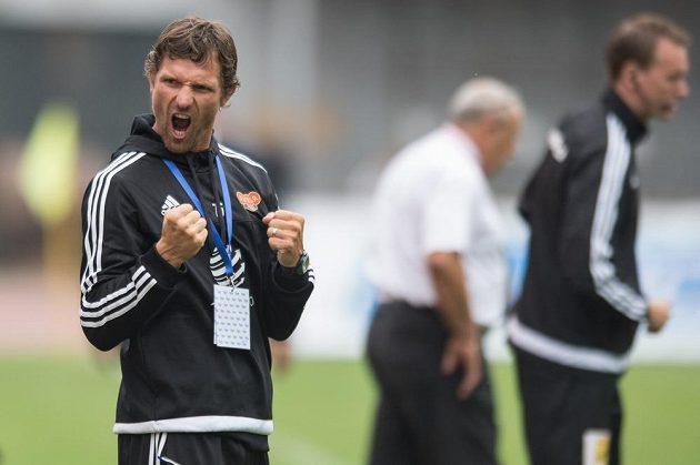 Nový trenér Dukly Praha Jaroslav Hynek oslavuje vítězství proti Bohemians.