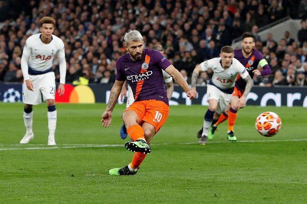 Sergio Agüero z Manchesteru City při penaltě v úvodním čtvrtfinále Ligy mistrů selhal.