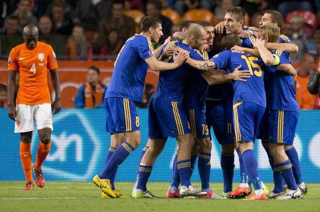 Fotbalisté Kazachstánu se radují z gólu obránce Abdulina během kvalifikačního utkání v Nizozemsku. Vlevo zklamaný bek Oranje Bruno Martins Indi.