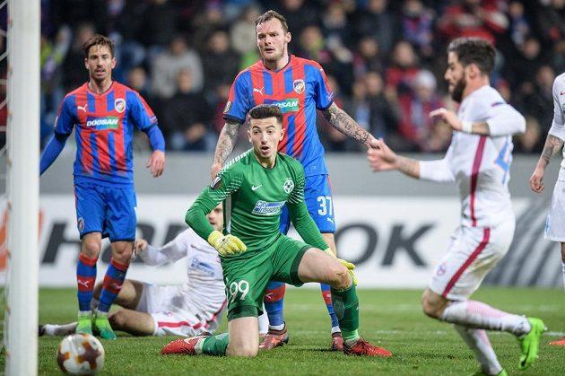 Plzeňský útočník Jakub Řezníček a jeho velká šance během utkání základní skupiny Evropské ligy s FCSB. Plzeň nakonec vyhrála 2:0 a slaví postup.