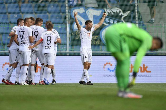 Erik Prekop z Hradce Králové (vzadu vpravo) se raduje se spoluhráči z prvního gólu. V popředí je brankář Milan Knobloch z Liberce. Gól Votroků ale nakonec neplatil.