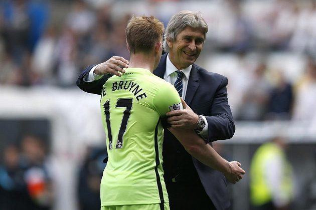 Trenér Manchesteru City Manuel Pellegrini a záložník Kevin De Bruyne se radují ze čtvrtého místa, které Citizens zaručuje účast v kvalifikaci Ligy mistrů.