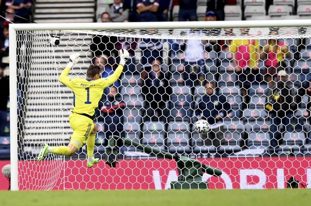 Nešťastný skotský brankář David Marshall se marně snaží zastavit míč mířící do sítě během utkání EURO.