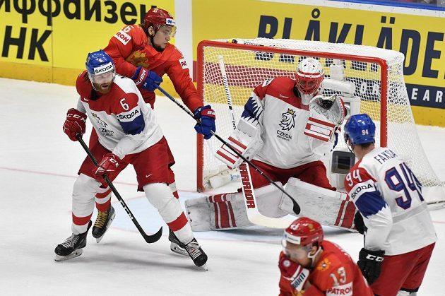 Zleva David Musil, Sergej Plotnikov z Ruska, český brankář Šimon Hrubec, Sergej Andronov z Ruska a Radek Faksa.