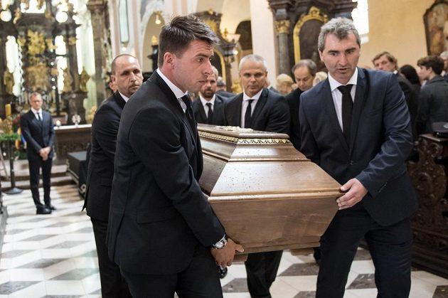 Vpředu s rakví Zdeněk Grygera a Jan Suchopárek.