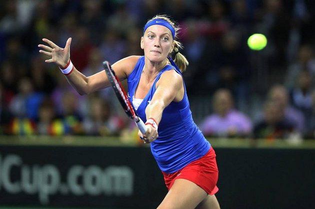 Petra Kvitová během zápasu s Monikou Niculescuovou.