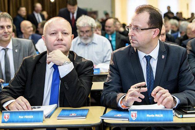 Kandidáti na předsedu FAČR Petr Fousek (vlevo) a Martin Malík během Mimořádné Valné hromady FAČR.