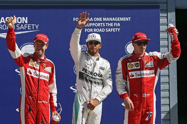 Tři nejrychlejší piloti kvalifikace na VC Itálie. Uprostřed Lewis Hamilton, vlevo Sebastian Vettel a vpravo Kimi Räikkonen.
