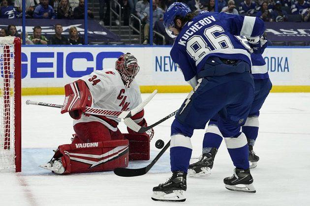 Gólman Caroliny Hurricanes Petr Mrázek (34) si poradil se střelou Nikity Kučerova z Tampy Bay Lightning v utkání play off NHL.