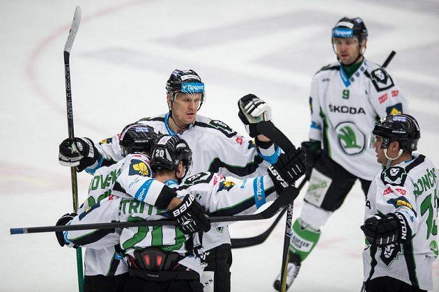 Hokejisté Mladé Boleslavi oslavují třetí gól do sítě Třince.