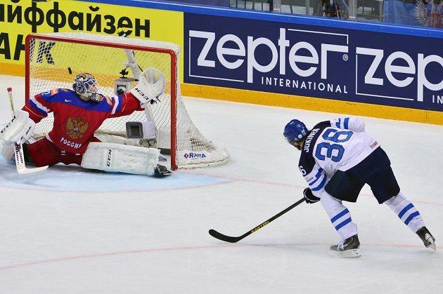 Finský útočník Jussi Jokinen překonává ruského gólmana Sergeje Bobrovského.