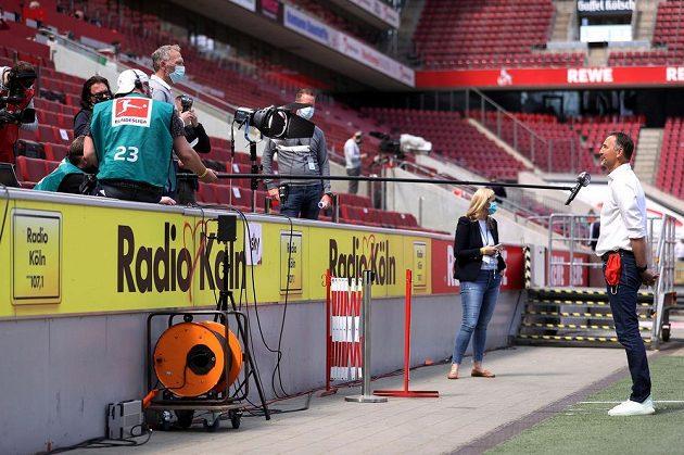Trenéři teď hodnotí zápasy na bezpečnou vzdálenost... Na snímku mohučský Achim Beierlorzer.