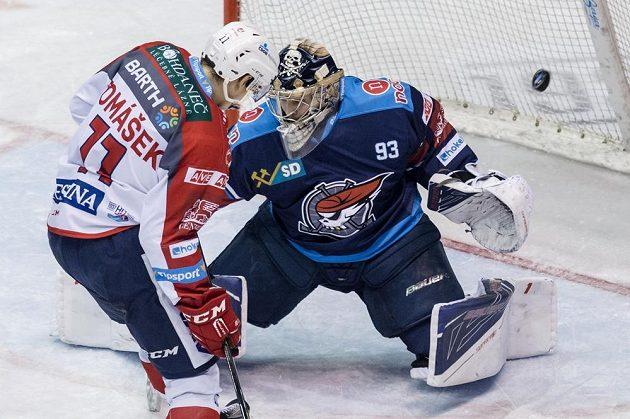 Chomutovský brankář Tomáš Král inkasuje gól v duelu s Pardubicemi.