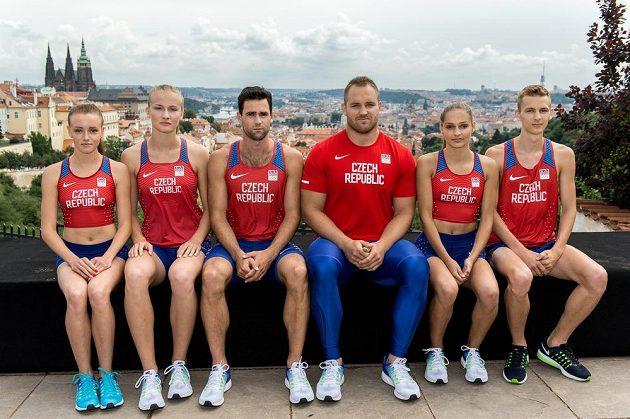 Atleti (zleva): Nikola Bendová, Michaela Hrubá, Jan Kudlička, Tomáš Staněk, Tereza Vokálová a Filip Sasínek představili novou kolekci pro OH v Riu.