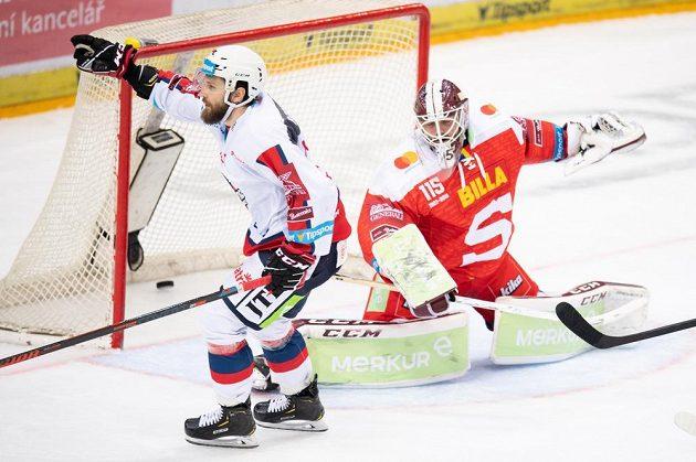 Marek Hovorka z Pardubic oslavuje gól na 2:1 během utkání Tipsport extraligy na ledě Sparty.